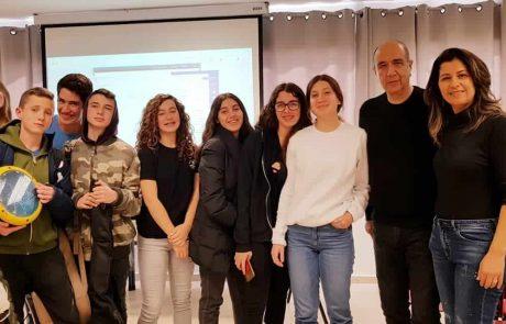"""מפגש אמן בביה""""ס הרטוב עם המשורר רוני סומק"""
