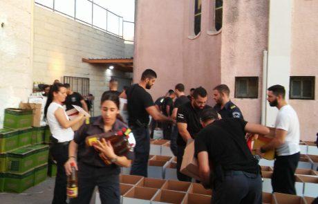 גרעין 'יחד' ושוטרי המכללה הלאומית למען תושבי העיר בחלוקת סלי מזון