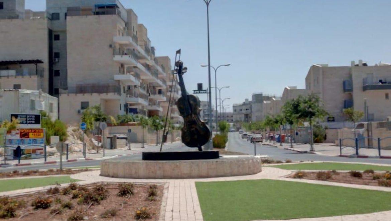משפרים את נראות העיר: יצירת אומנות בדמות כינור הותקנה בכיכר נריה הנביא