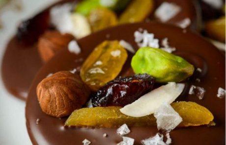 קינוח מטבעות שוקולד עם פירות מיובשים