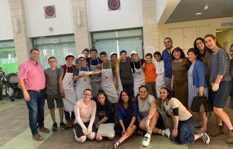 """״קפה, נוער והצגה״: בני הנוער לוקחים אחריות במתנ""""ס גוונים"""