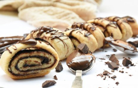 עוגיות מבצק פריך במילוי ממרח טחינה עם שוקולד