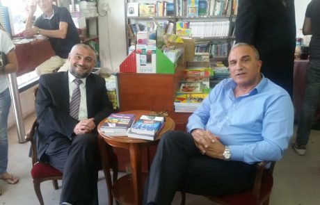 """מכירת ספרים משותפת בין רה""""ע משה אבוטבול ואלי כהן בחנות הספרים 'מסדה'"""