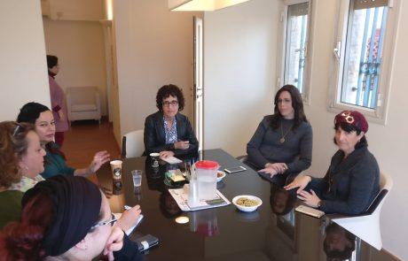 ג'יין אייזנר העורכת הראשית של 'פורווארד' – forward בביקור בבית שמש